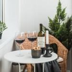 1-loc de luat masa sau de servit micul dejun amenajat intr-un mic balcon