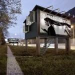 1-locuinte sociale construite in interiorul cuburilor cu panouri publicitare