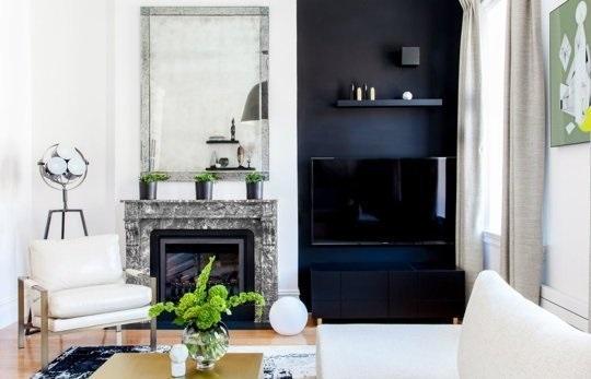 1-mascare televizor pe fundalul unui perete negru asortat