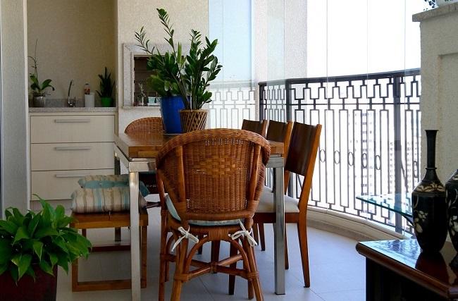 1-mini bucatarie si loc de luat masa amenajate in balcon