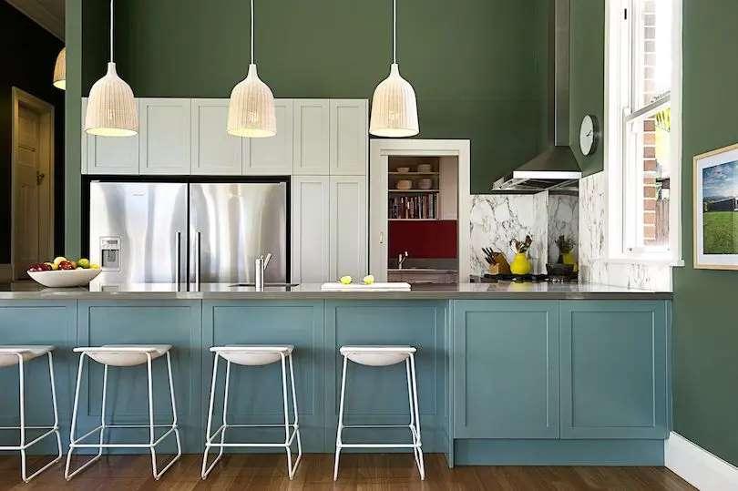 1-mobila-albastra-combinatie-perete-verde-inchis-amenajare-bucatarie