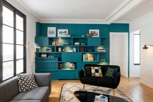 1-mobilier albastru in aceeasi culoare cu peretele din living