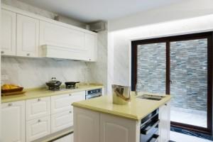 1-mobilier de bucatarie culoare alba asortat unui blat galben pal