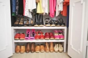 1-organizare si depozitare pantofi pe politele de sub bara de umerase