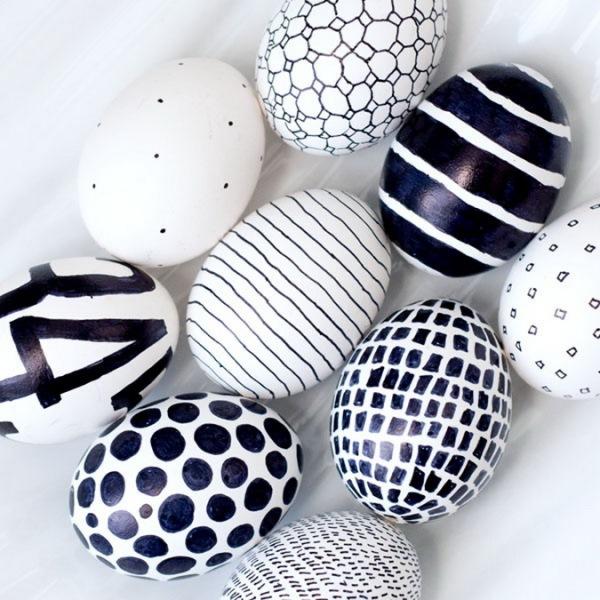 1-oua de paste vopsite in alb si negru