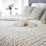 1-pat dormitor decorat cu patura din lana crosetata manual