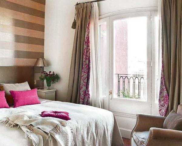 1-perdele si draperii asortate cu decorul peretilor si pernutele decorative de pe pat
