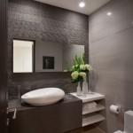 1-placarea peretilor paraleli din baie cu doua finisaje diferit colorate