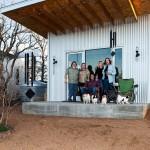 8 prieteni vechi au construit un satuc, devenind astfel si vecini apropiati
