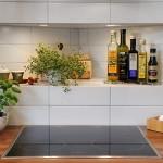 1-raft decorativ pentru condimente deasupra plitei din bucatarie