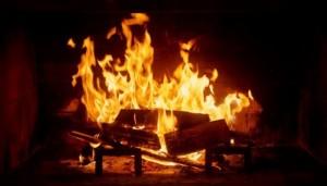 1-semineu pe lemne cu focul aprins