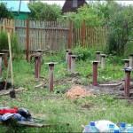 1-stalpi metalici fixati in sol pentru sustinerea viitoarei casei din lemn