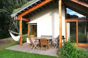 1-terasa casa ecologica din beton de canepa Bevan Architects