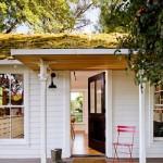 1-terasa din lemn casa veche renovata cu materiale reciclate