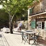 1-terasa din lemn din curtea casei din piatra din Franta