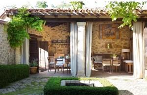 1-terasa si bucatarie de vara casa din piatra Spania