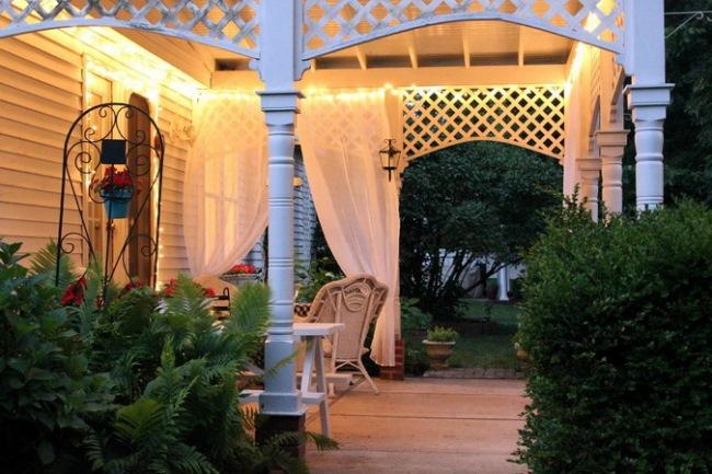 1-terasa stil frantuzesc sub pergola alba din lemn seara
