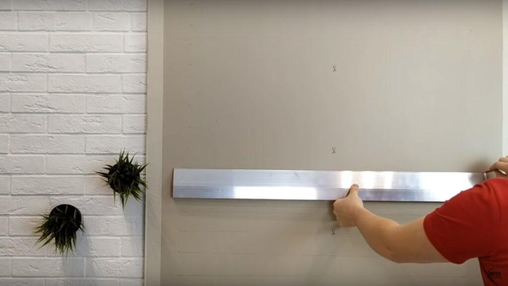trasare dungi orizontale pe perete