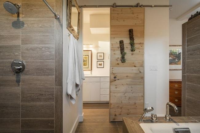 1-usa glisanta din lemn design rustic pentru o baie mica