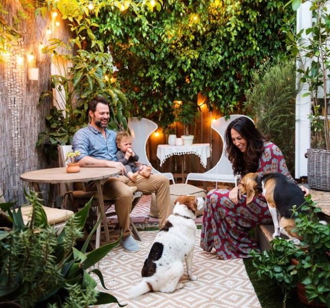 Whitney si familia ei in curtea casei mici