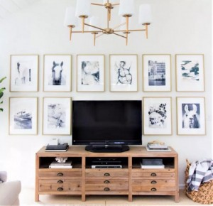 10-accentuarea si decorarea peretelui din living cu ajutorul unei colectii de schite in creion