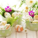 10-aranjamente decorative cu flori si oua colorate pentru Pasti