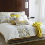 10-asortarea pernutelor decorative pe patul din dormitor