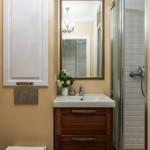 10-baie mica amenajata in stil clasic cu cabina dus fara cadita si dulap integrat in perete