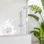 10-baie minimalista integrata in dormitorul alb cu accente de culoare verde