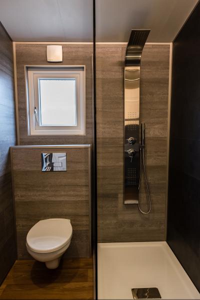 10-baie moderna cu cabina dus cu cadita slim si panou hidromasaj casa mobila Anna 2018 Rot Resort