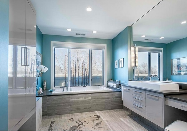 10-baie moderna mare decorata in gri deschis si turcoaz