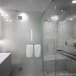10-baie moderna matrimoniala finisata in alb si gri