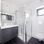 10-baie moderna minimalista in alb si gri antracit casa mica 37 mp FreeDomky