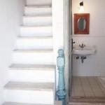 10-baie si scara interioara casa mica din piatra 60 mp