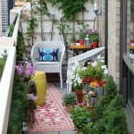 10-balcon mic si colorat plin cu flori si plante verzi