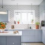 10-bucatarie stil nordic mobila gri deschis si faianta alba model solzi de peste