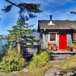 10-cabana mica din lemn construita pe deal peisaj de poveste