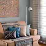 10-canapea bej accesorizata cu textile covor si tabloul de pe perete
