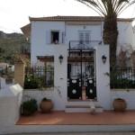 10-casa cu curte ingrijita si pavata insula Hydra Grecia