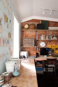 10-decor industrial birou perete placat cu caramida nefinisata