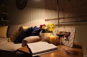 10-decor masuta cu veioza langa canapea living casa mica 40 mp
