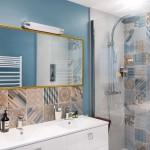 10-design baie moderna cu mobila alba si faianta patchwork maro si bleu