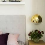 10-detaliu decor dormitor matrimonial cu 3 prize intre noptiera si pat