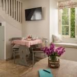 10-dining amenajat in livingul open space al casutei din lemn