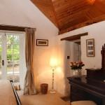10-dormitor amenajat elegant cu mobilier din lemn masiv casa mica din piatra