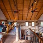 10-dormitor amplu mansarda deschisa interior cabana din lemn restaurata