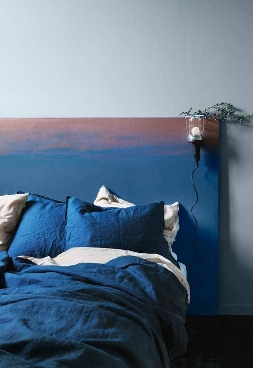 dormitor matrimonial tablie pat asternuturi albastre