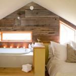10-dormitor si baie mansarda perete exterior placat cu dusumea de lemn
