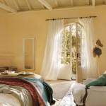 10-dormitor spatios zugravit in galben pal si decorat cu textile albe