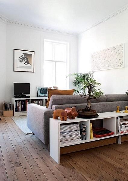 10-etajera alba cu functie de consola montata in spatele canapelei din living